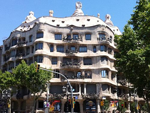 """Quasi gegenüber befindet sich der """"Steinbruch"""", La Pedrera, bzw. Casa Mila, ebenfalls von Gaudí. (Foto: Sören Peters)"""