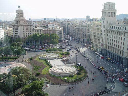 Die teure Einkaufsmeile Passeig de Gràcia mündet auf einen der Verkehrsknotenpunkte der Stadt, die Plaça de Catalunya. (Foto: Sören Peters)