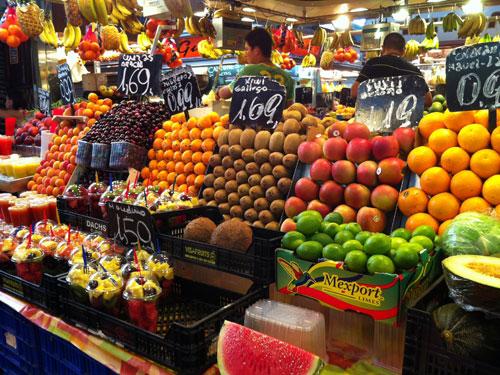 Neben frischem Fisch und Meeresfrüchten gibt es herrlichen Serrano-Schinken und vor allem viel frisches Obst. Unbedingt einen frisch gepressten Saft probieren! (Foto: Sören Peters)