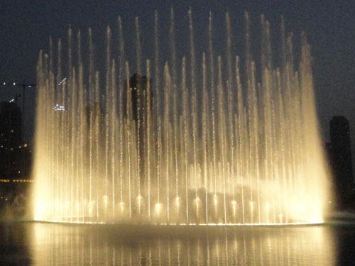 Eine weitere Superlative gibt es vor der Mall: Die Dubai Fountains sind die weltgrößte Wassershow. Synchron zur Musik schießen die Fontänen bis zu 150 Meter hoch. (Foto: Sören Peters)