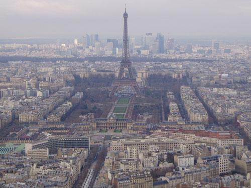 Blick vom Tour Montparnasse auf den Eiffelturm. Im Hintergrund türmen sich die Hochhäuser von La Défense auf. (Foto: Sören Peters)