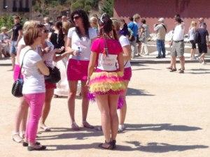 Sinnbild: Zwischen die Touristen im Parc Güell mischt sich dieser Junggesellinnenabschied. (Foto: spe)