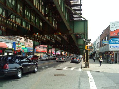 Unter der Hochbahntrasse der Linie 7 in Queens. Hier kann man an einem Tag eine kleine Weltreise unternehmen. (Foto: spe)