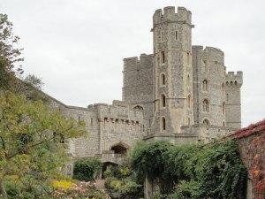 Ein Blick hinter die Mauern von Windsor Castle. Nicht nur das Schloss ist beeindruckend, auch die Grünanlagen sind sehenswert. (Foto: spe)