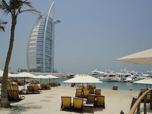Das Hotel Burj Al-Arab hat sieben Sterne und bietet seinen Gästen allen erdenklichen Luxus. Der Bau in Form eines aufgeblähten Segels ist aus Dubais Stadtbild nicht mehr wegzudenken. (Foto: Sören Peters)