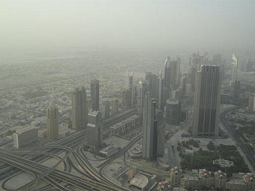 Wolkenkratzer an der Sheikh Zayed Road. Die sechsspurige Straße (pro Fahrtrichtung wohlgemerkt) ist die Hauptverkehrsachse der Stadt. (Foto: Sören Peters)