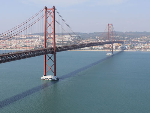 Die Ponte 25 de Abril verbindet Lissabon (Stadtteil Alcântara) mit Almada im Süden. 1966 wurde sie als Salazar-Brücke eingeweiht und nach der Nelkenrevolution am 25. April 1974 umbenannt. (Foto: Sören Peters)