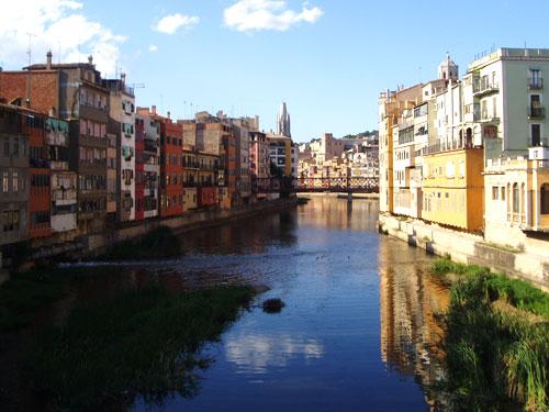 Der Riu Onyar fließt mitten durch die Altstadt von Girona. (Foto: spe)