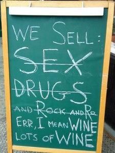 Werbetafel eines Weinladens im hippen Williamsburg. (Foto: Sören Peters)
