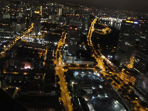 Wie Lebensadern durchziehen die hell erleuchteten Straßen den Stadtstaat. (Foto: spe)