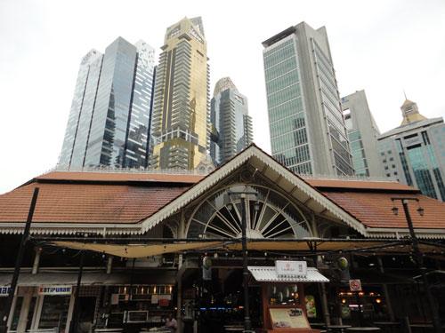 """Alt trifft Neu: Das Hawker Center """"Lau Pa Sat"""" beherbergt im Schatten der Wolkenkratzer des Central Business District (CBD) eine Vielzahl von kleinen Restaurants. (Foto: spe)"""