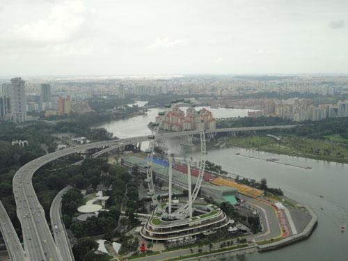 Rund ums Riesenrad Singapore Flyer heulen einmal im Jahr die Motoren, wenn die Formel 1 zu Gast ist und auf dem Stadtkurs ein spektakuläres Nachtrennen austrägt. (Foto: spe)