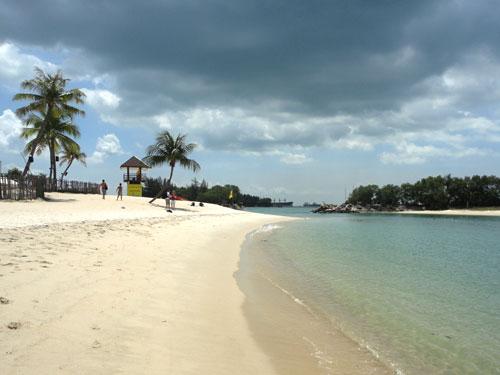 Nach einem langen Tag kann man sich am Strand von Sentosa Island entspannen, einer vorgelagerten Vergnügungsinsel. (Foto: spe)
