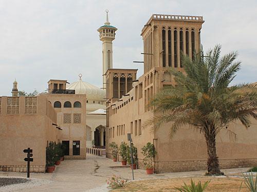 Vom modernen Dubai springen wir in den ursprünglichen Teil der Stadt: Wimdtürme und ein Minarett in Bastakiah. Im Heritage Village und im nahe gelegenen Dubai Museum kann man die Geschichte der Stadt nachvollziehen. (Foto: Sören Peters)