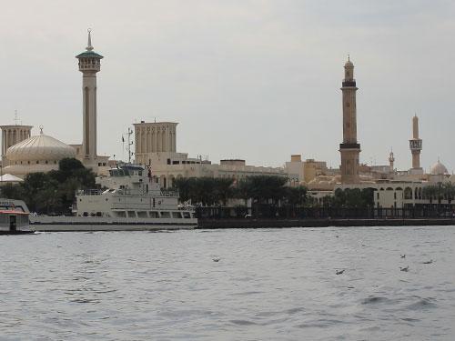 Dabei eröffnen sich tolle Perspektiven auf beide Ufer, etwa auf die Grand Mosque (2.v.r.), die mit rund 70 Metern über Dubais höchstes Minarett verfügt. (Foto: Sören Peters)