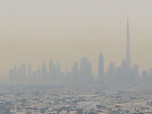 Im Dunst ist die Skyline von Dubai Downtown zu erkennen. (Foto: Sören Peters)