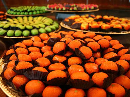 Was nach einen Mandarinenteller aussieht, ist fast purer Zucker: Süßigkeiten in der Dubai Mall. (Foto: PR/DubaiMall)