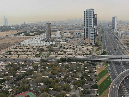 Überblick über das neue Dubai (v.l.n.r.): Burj Al-Arab, Sheikh Zayed Road und Mall of the Emirates mit Ski Dubai. (Foto: Sören Peters)
