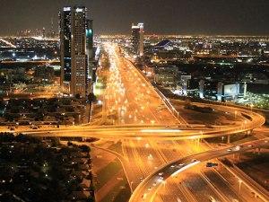 Die Sheikh Zayed Road ist die Hauptverkehrsader der Stadt. (Foto: Sören Peters)