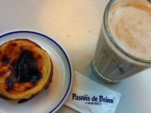 Süße Sünde mit Tradition: Ein Pastel de Belém und ein Milchkaffee (Galão). (Foto: Sören Peters)