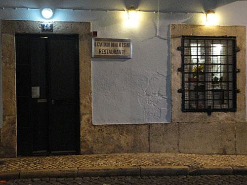 Cantinho do Bem Estar an der Rua do Norte 45. Ja, hinter diesem Eingang befindet sich wirklich ein Restaurant! (Foto: Sören Peters)