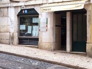 An den Straßenbahn-Schienen entlang Richtung Kathedrale geht's zum Estrela da Baixa. (Foto: Sören Peters)