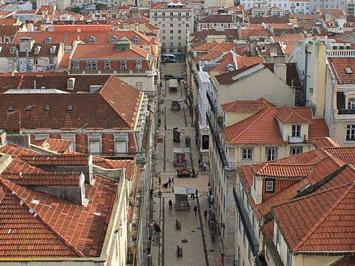 Für eine europäische Stadt recht ungewöhnlich ist die Anordnung von Straßen im Schachbrettmuster. Nach einem Erdbeben im Jahr 1755 hatte der damalige Premierminister Marquês de Pombal den Wiederaufbau der Baixa nach dem geometrischen Muster geplant. (Foto: Sören Peters)