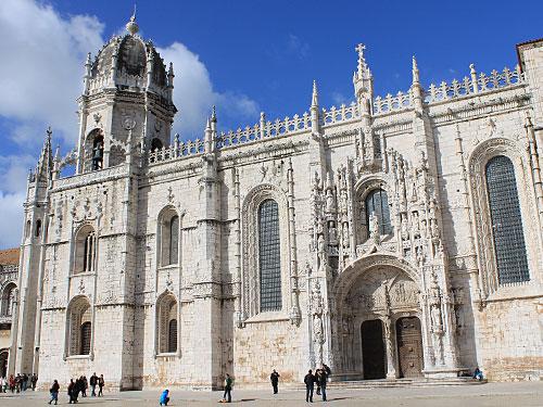 Wie der Torre de Belém gehört das Mosteiro dos Jerónimos seit 1983 zum Weltkulturerbe der Unesco. Als Kloster wird der Bau seit 1834 nicht mehr genutzt, doch liegen hier 21 Mitglieder der Königsfamilie begraben. (Foto: Sören Peters)