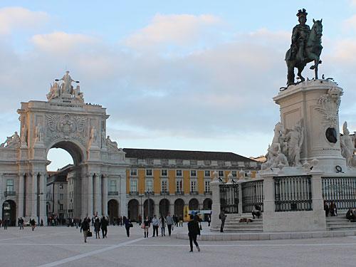 Die Rua Augusta mündet auf die Praça do Comércio (Terreiro do Paço) mit ihrem Triumphbogen. (Foto: Sören Peters)