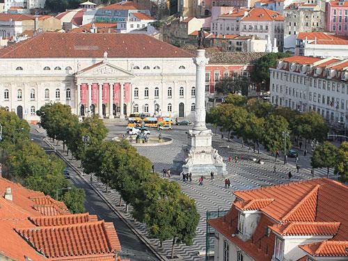 Unser kleiner Foto-Rundgang endet in etwa dort, wo wir gestartet sind: Der zentrale Rossio-Platz, gesehen vom Elevador de Santa Justa. (Foto: Sören Peters)