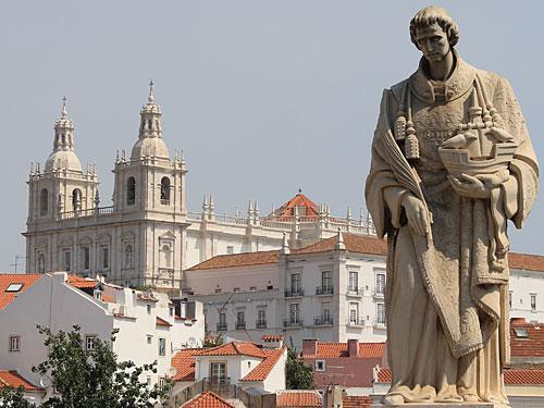 Kloster São Vicente de Fora und Standbild des gleichnamigen Heiligen. (Foto: Sören Peters)