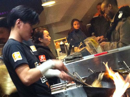 Symbolbild: Köche in Aktion bei WokToWalk in Soho. Das Viertel ist eine kulinarische Schatztruhe. (Foto: Sören Peters)