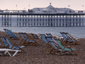 """Liegestühle am Strand von Brighton. (Foto: <a href=""""http://www.flickr.com/photos/chrisgold/6148449721/"""">ChrisGoldNY</a> via <a href=""""http://photopin.com"""">photopin</a> <a href=""""http://creativecommons.org/licenses/by-nc/2.0/"""">cc</a>)"""