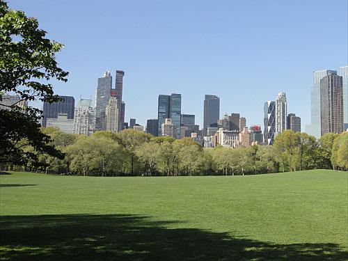 Wir schlendern durch den Park, bis sich vor uns die Wolkenkratzer auftürmen und wir wahrnehmen, dass wir mitten in der Stadt sind. (Foto: Sören Peters)