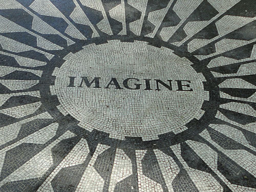 Gleich in der Nähe, also im Park selbst, finden wir die Gedenktafel für John Lennon. Der Beatle wurde in New York ermordet. (Foto: Sören Peters)