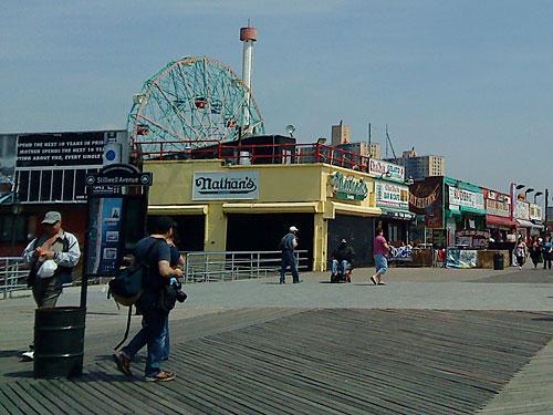 Ein weiteres Vergnügen außerhalb Manhattans ist ein Besuch in Coney Island. Bei schönem Wetter kann man hier sogar am Strand liegen. (Foto: Sören Peters)