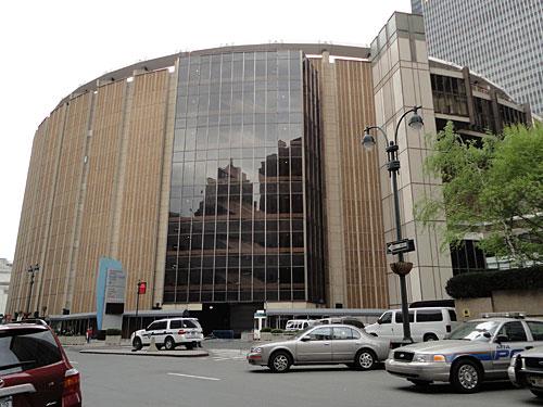 Nicht weit entfernt befindet sich der Madison Square Garden. Eishockey, Basketball, Boxkämpfe und Konzerte - all das findet zwischen den Wolkenkratzern statt. (Foto: Sören Peters)