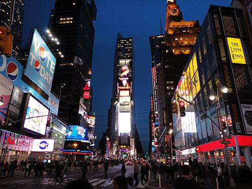 Los geht es am Times Square, dem gefühlten Nabel der Welt. Bunte Leuchtreklamen und Menschenmassen bestätigen die Eindrücke, die einem vorher im Fernsehen vermittelt wurden. (Foto: Sören Peters)