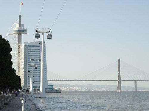 """Ein Kontrastprogramm zum """"alten"""" Lissabon stellt der Parque das Nações dar. Neben dem Torre Vasco da Gama befinden sich auch ein Fernbahnhof und eine Einkaufszentrum auf dem ehemaligen Expo-Gelände. Die Ponte Vasco da Gama zum Südufer des Tejo ist die längste in Europa. (Foto: Sören Peters)"""