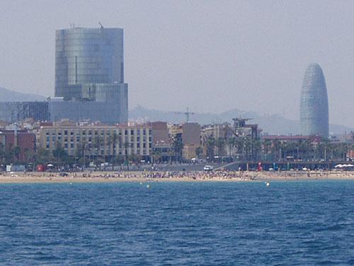 Blick vom Meer auf Barcelonas Sonnenseite. Rechts im Bild: Der Torre Agbar. (Foto: Sören Peters)