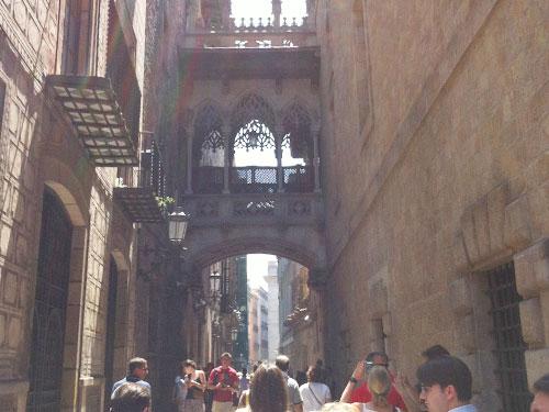 Hier zeigt sich: Nicht nur Venedig hat eine Seufzerbrücke, auch Barcelona. (Foto: Sören Peters)