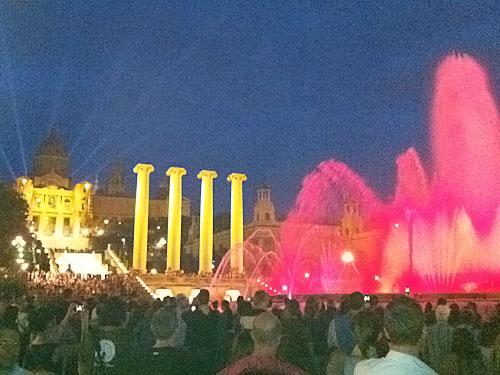 Ein wahrer Besuchermagnet sind die Wasserspiele am Fuße des Montjuic vor der Kulisse des katalanischen Nationalmuseums. (Foto: Sören Peters)