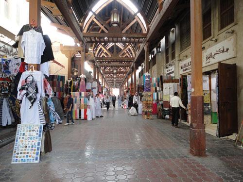 Souk in Bur Dubai. An aufdringlichen Händlern geht es vorbei zur Abra-Station. (Foto: Sören Peters)