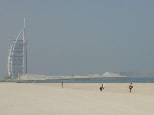 Der öffentliche Jumeirah Beach - vor der Kulisse des Burj al Arab kann man hier prima baden. (Foto: Sören Peters)