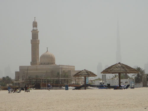 Sie verläuft parallel zum Jumeirah Beach. Der Strand ist zum größten Teil öffentlich zugänglich. (Foto: Sören Peters)
