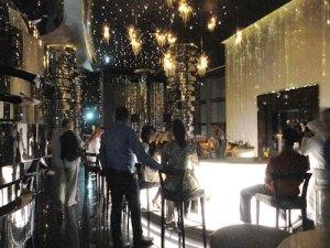 Bar im Neo's, Dubais höchstgelegene Skybar im 63. Stock des Hotels The Adress Downtown. (Foto: Sören Peters)