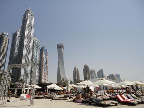 """Liegestühle vor der Hochhauskulisse der Marina: Mit der Kampagne """"Summer is Dubai"""" will sich das Emirat als Familienziel für die Sommerferien präsentieren. (Foto: spe)"""