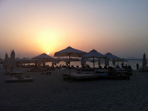 Sonnenuntergang am Barasti Beach Club in Dubai. In dem beliebten Club steigt auch eine Silvesterparty. (Foto: spe)