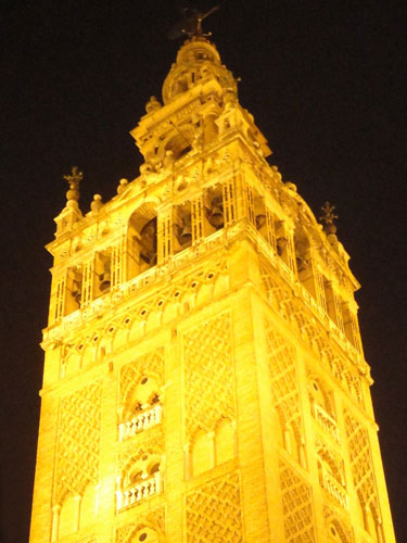 Die Giralda ist das Wahrzeichen Sevillas. Einst Minarett der Hauptmoschee, die sie seit der Reconquista als Glockenturm der Kathedrale. (Foto: spe)