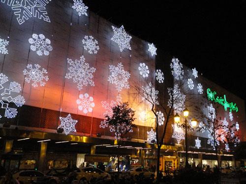 """Weihnachtsbeleuchtung am Kaufhaus """"El Corte Ingles"""". (Foto: spe)"""